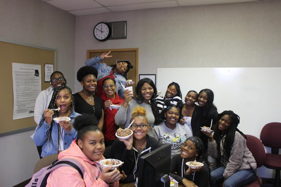 The+members+of+Sigma+Beta+Upsilon+enjoy+ice+cream+sundaes+after+treating+Lauren+Schmidt%27s+advisory+class+on+Tuesday%2C+Nov.+26.+The+annual+food+drive+brought+in+1%2C424+items+for+Church+Community+Services.+